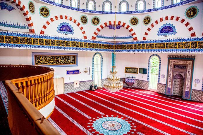 De gebedsruimte van de Mevlana Moskee. Imam Yildiz zal vanavond al een bezoek brengen aan de getroffen familie