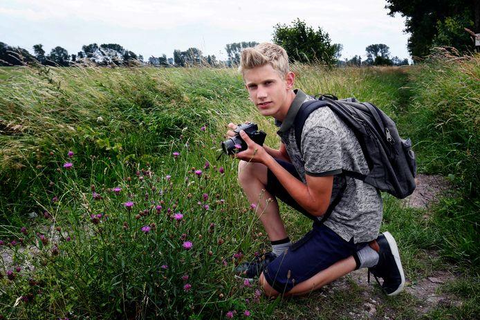 Het rood bosvogeltje. Maarten Aantjes trekt al sinds zijn zevende de natuur in. Hij wil boswachter worden.