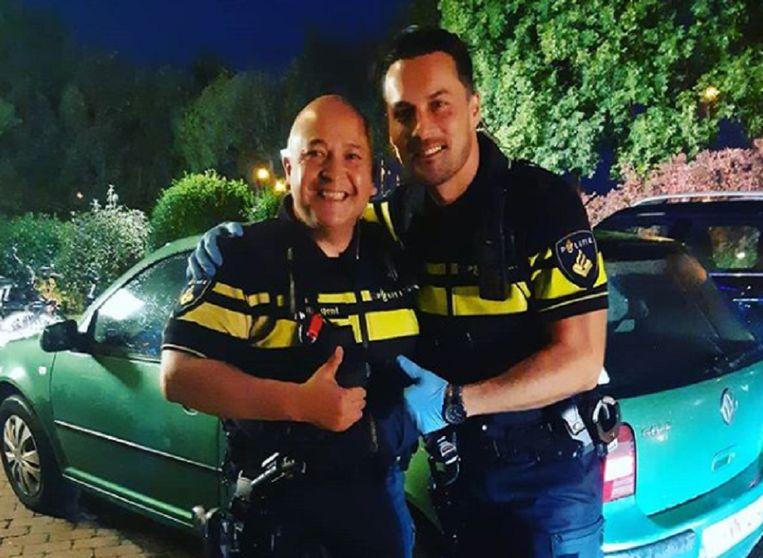 Wijkagent Rick Thieme (links) zorgde voor ondersteuning. Agent Jordi (rechts) hielp bij de bevalling.