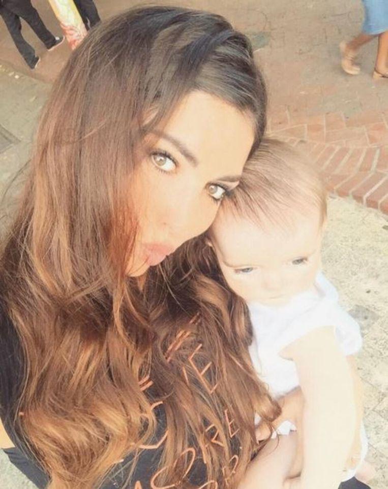 Actrice Yolanthe Sneijder-Cabau, de vrouw van voetballer Wesley Sneijder, met hun zoontje Xess Xava op Instagram. Beeld Instagram