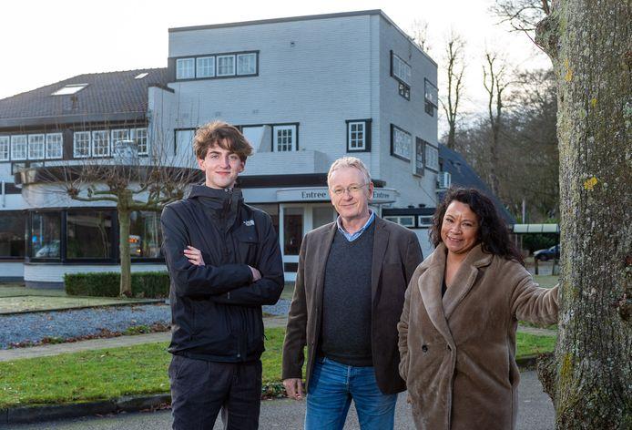 Voormalig restaurant De Middenstip krijgt toch weer horeca, vertelt Michiel de Jong (midden). Hij is eigenaar van het Episch Centrum, zoals het pand sinds februari heet.
