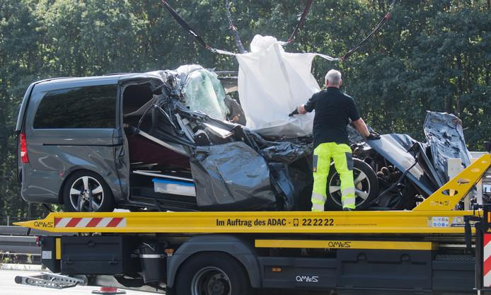 De rouwauto is deels onder een vrachtauto gekomen op de Duitse A2 bij Dortmund.