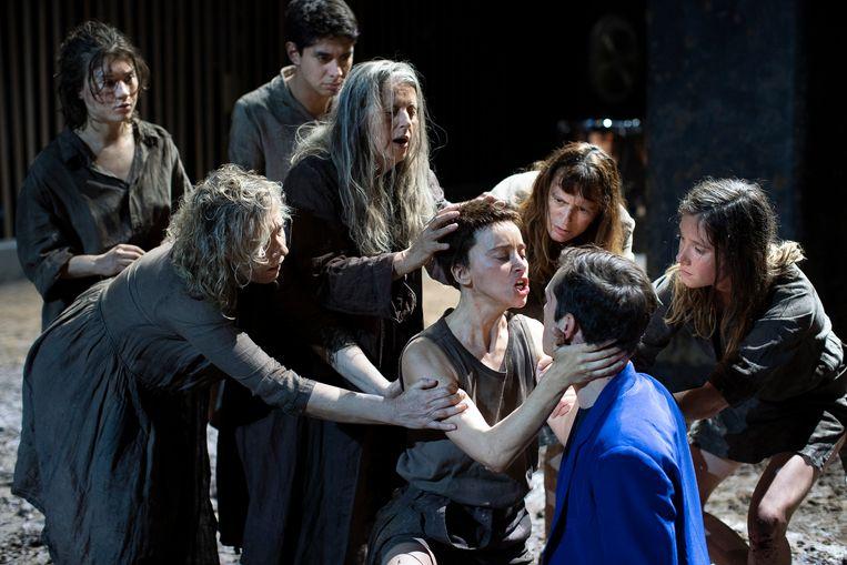 Ivo van Hove blijft in Électre/Oreste, hier afgebeeld, dichter bij het origineel dan 'Orestes in Mosul' door NTGent. Beeld Jan Versweyveld / Comédie-Française