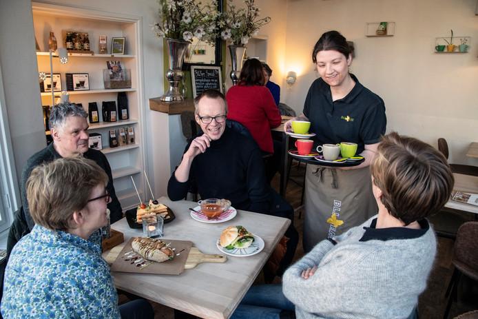 Imke (24) van eetcafé BliXem serveert gerechten uit van de menukaart die wekelijks wordt vernieuwd.