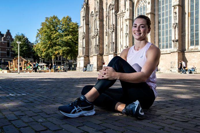 Emma Oosterwegel op het Grote Kerkhof in Deventer, waar op zaterdag 26 september een mobiele sprintbaan wordt neergelegd. ,,Vorig jaar zomer was de clinic op De Brink. Toen kon ik niet, omdat ik meedeed aan het EK voor atleten onder 23 jaar.''
