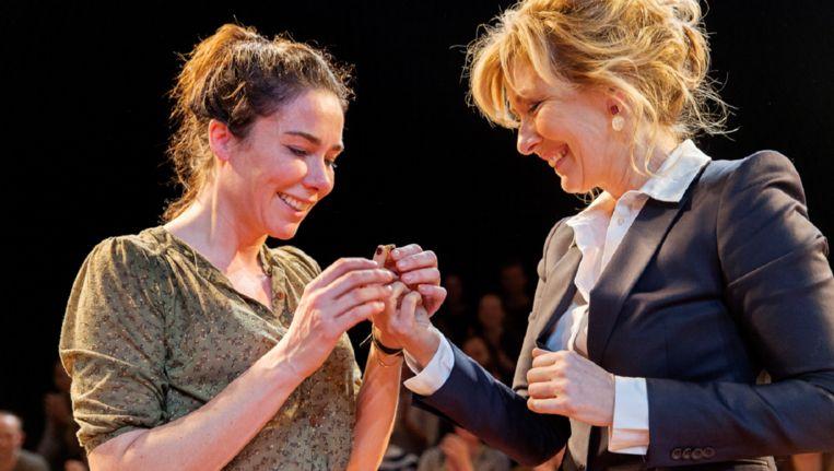 Halina Reijn ontvangt de Theo Mann-Bouwmeesterring van Ariane Schluter. Beeld Toneelgroep Amsterdam