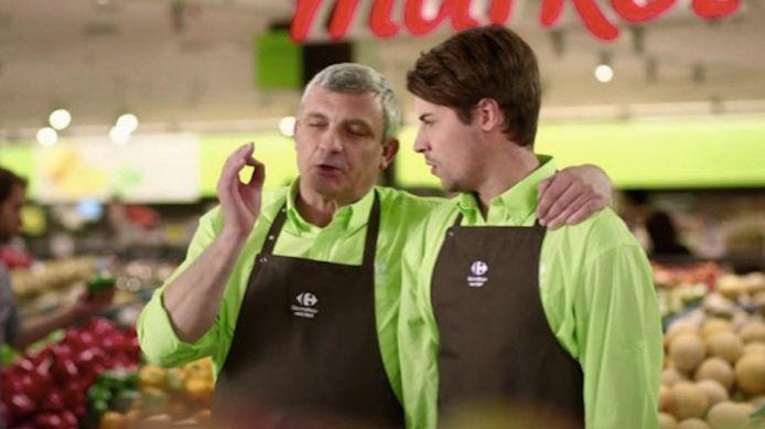Meneer Mark neemt in de reclamespot van Carrefour zijn poulain op sleeptouw.