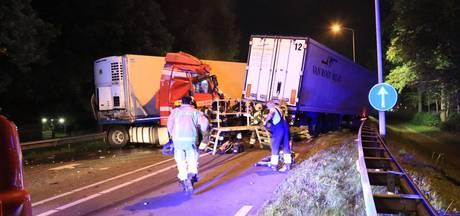 Frontale aanrijding tussen vrachtwagens in Deurne, chauffeurs bekneld en weg dicht