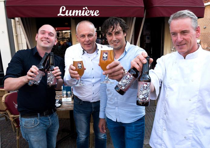 Presentatie van het Oudewaters stadsbier 't Swaert met van links naar rechts Jasper Faaij van eetcafé Lumière, Arie Mesker en Frans Verboom van de brouwerij en Rens Faaij van Lumiere.