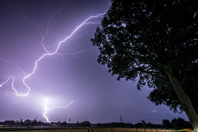 Bliksem tijdens een zomerstorm halverwege juni dit jaar boven de provincie Noord-Brabant. Onweer, hagel en zware windstoten teisterden de regio