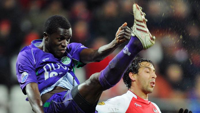 Gibril Sankoh in 2010 namens FC Groningen in duel met Mounir El Hamdaoui van AZ