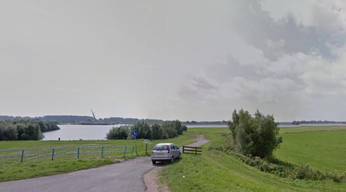 De oude veerhaven bij Ochten (achtergrond).