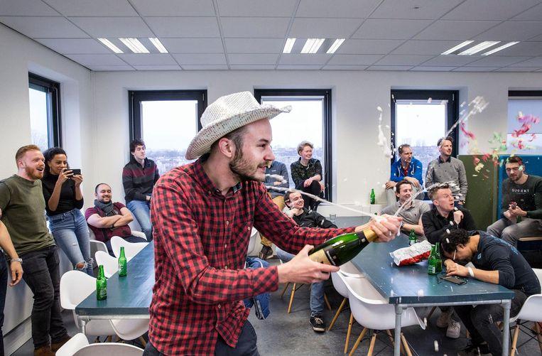 Door de Chief Happiness Officer gearrangeerd champagnemoment bij het Utrechtse ict-bedrijf Experius. Beeld Arie Kievit