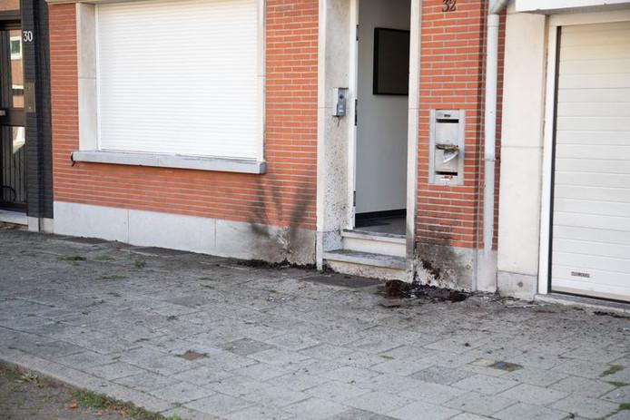 Un ou plusieurs individus ont jeté des grenades dans les pots de fleurs posés sur le trottoir.