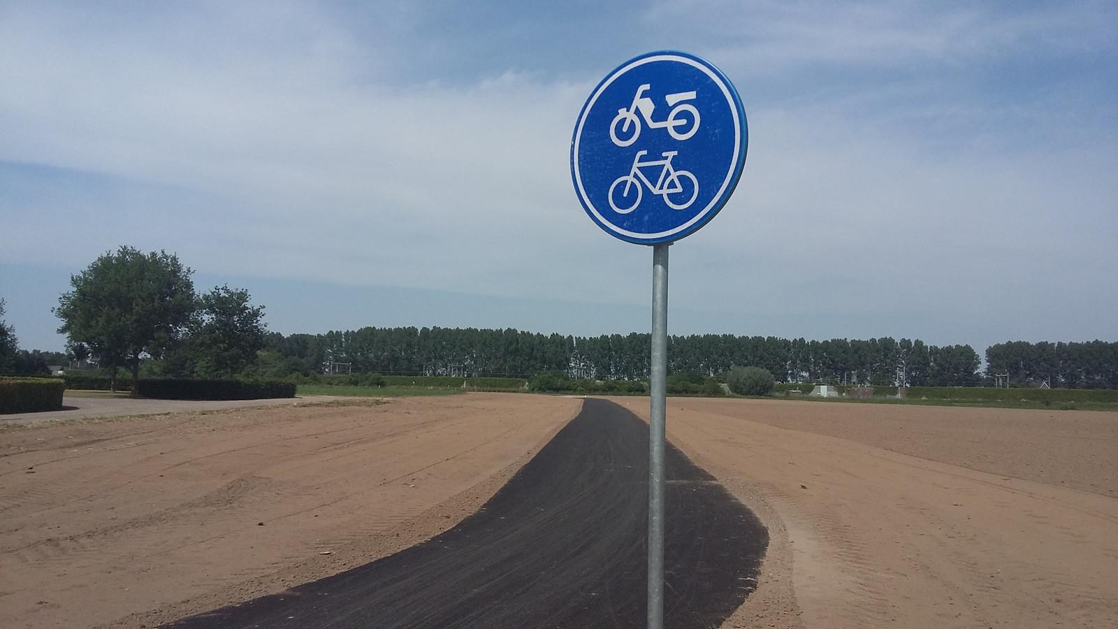 Het eerste fietspad in Gelderland van grasfalt: asfalt met olifantsgras.