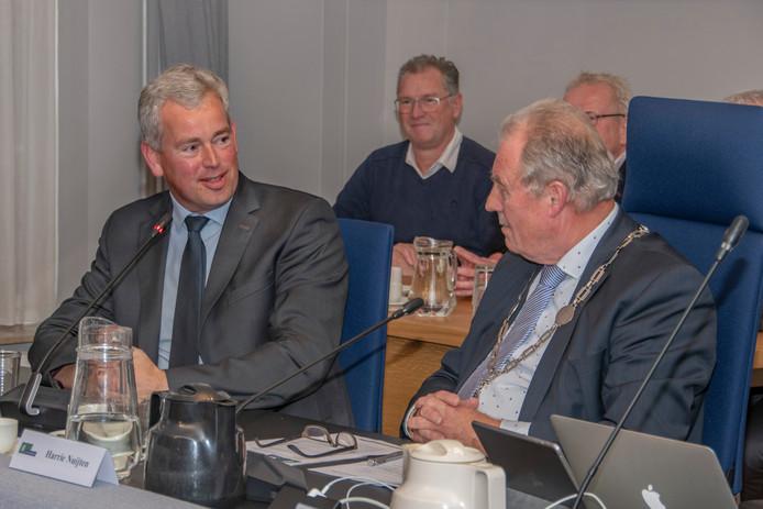 Maarten van de Donk (l), nieuwe burgemeester van Hilvarenbeek, met waarnemend burgemeester Harrie Nuijten.