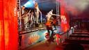 Een solexrijder snelt voor het podium langs waarop BZB als slotnummer 'Brabant' speelt.