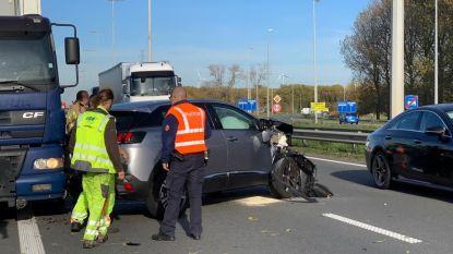 Automobilist verblind door de zon rijdt in op signalisatiewagen, arbeiders ongedeerd