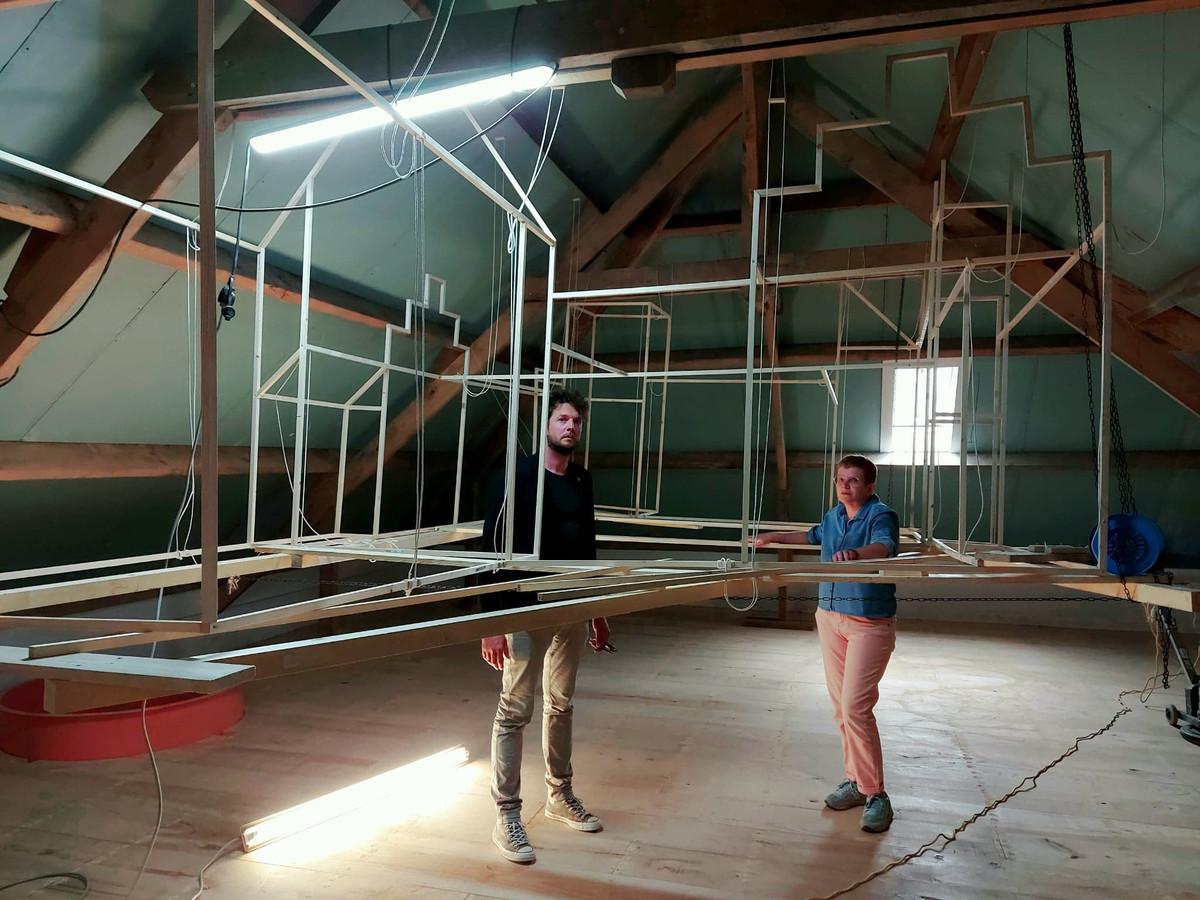 Pieter Verfaillie (links), geeft de expo vorm en Annemie Morisse, research WO1-cel Poperinge. Op de zolderverdieping is een maquette in de maak.