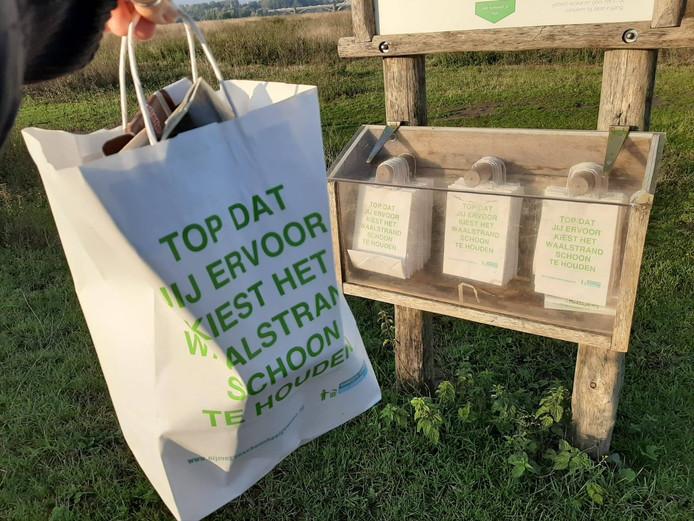 De gratis papieren zakjes waarin bezoekers van de polder of de strandjes zwerfafval in kunnen verzamelen.