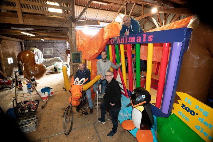 Wagenbouwers (v.l.n.r.) Ad Vulders, Maarten van Hoof, Igo van Roosmalen en bovenin Carlo van Kessel bij de afgedekte wagen van De Heikneuters.