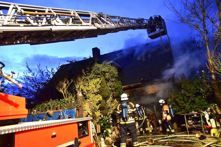 Om een brand te gaan bestrijden met de pompwagen, zoals hier op archiefbeeld, moet de brandweer minimaal met zes mensen zijn.