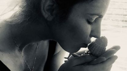 """Justine (28) vertelt over dag dat ze levenloos dochtertje na 16 weken op de wereld zette: """"We hielden haar vast, huilden en lachten"""""""