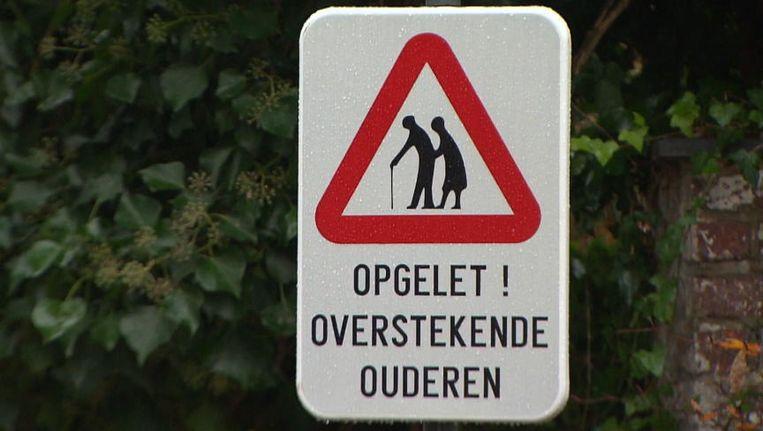 Gisteren lag dit verkeersbord al onder vuur, vandaag moet ook de term 'oudjes' eraan geloven.