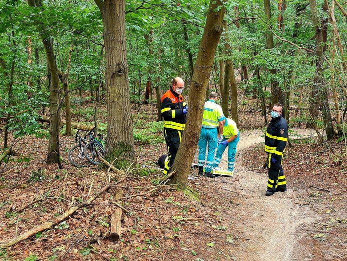 De mountainbiker is naar het ziekenhuis gebracht.