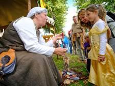 In adellijke jurken naar middeleeuws festijn