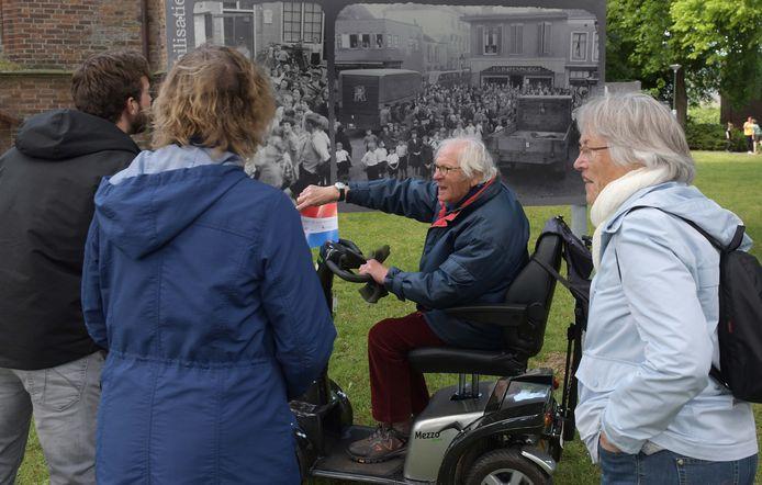 Bep Murk (87) in zijn scootmobiel vertelt plaatsgenoten in geuren en kleuren over de oorlogsjaren en hoe hij een bord eten van een SS-er jatte.