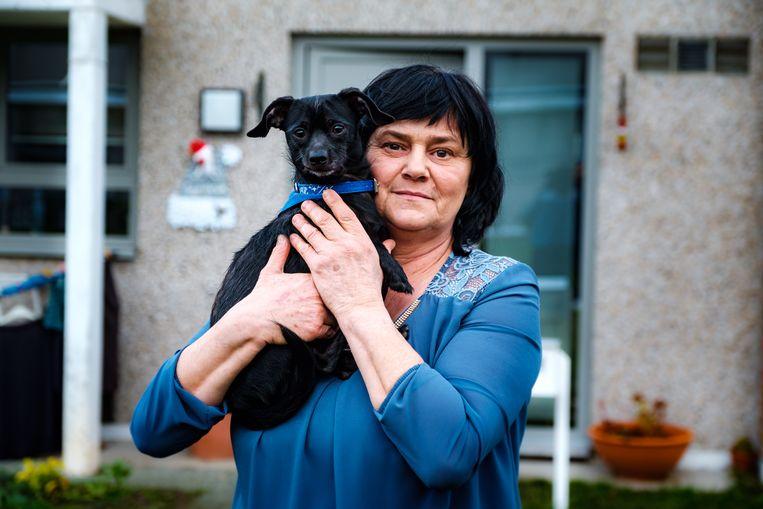 Nadia Ketelslegers en haar geadopteerd straathondje Bumba voor haar sociale woning in Sint-Truiden.