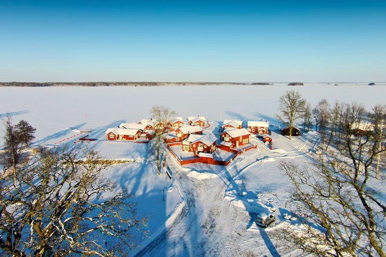 Luchtfoto van Katrinelund Gästgiveri & Sjökro aan het meer Beeld rv