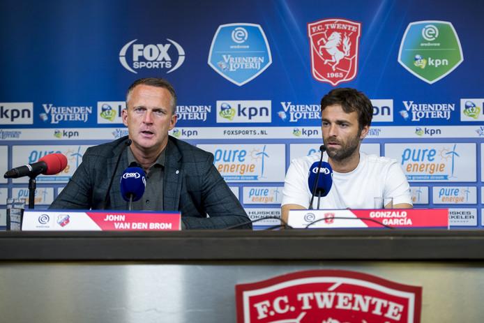 De persconferentie na de wedstrijd tegen FC Utrecht. Waar collega John van den Brom een jasje van de club draagt, kiest Gonzalo Garcia voor een wit t-shirt.