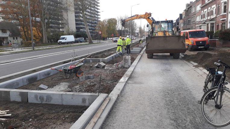 De werken lopen vertraging op door rioleringswerken.