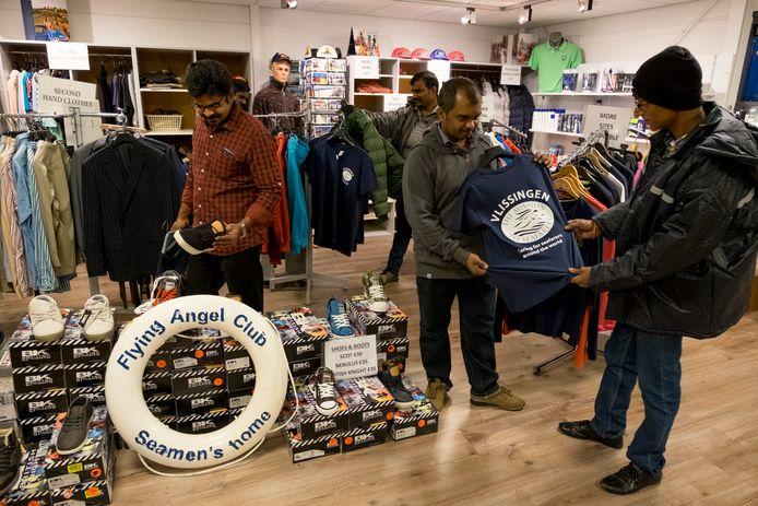 Archieffoto: Zeelieden bezoeken het winkeltje van Mission to Seafarer in Vlissingen.