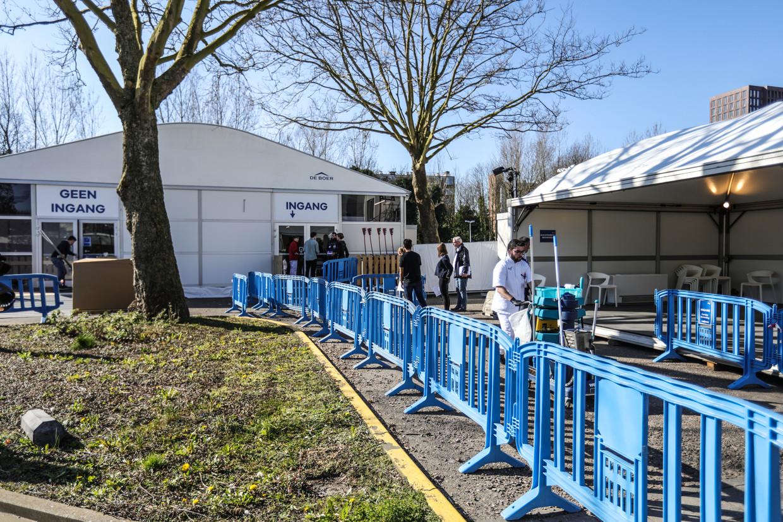 Medisch personeel is vanaf woensdag in touw om in de coronatent van het OLVG patiënten te screenen.   Beeld Eva Plevier