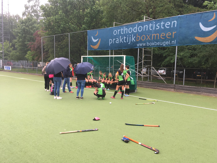 De hockeysters van Boxmeer treuren na de laatste competitiewedstrijd.