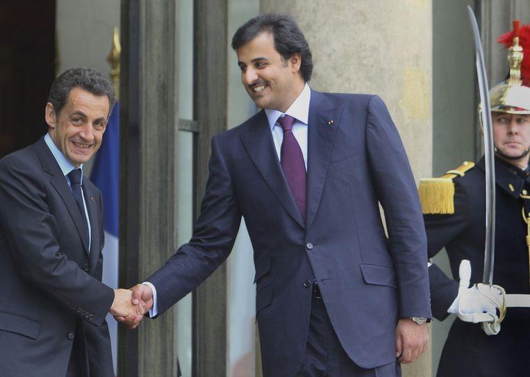 Kroonprins Sheikh Tamim Bin Hamad Al Thani van Qatar, hier met president Sarkozy van Frankrijk, is met zijn investeringsmaatschappij voor 70 procent eigenaar van PSG. Beeld null