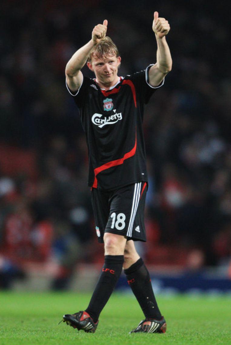 Dirk Kuyt bedankt de meegereisde fans na de wedstrijd Arsenal-Liverpool.   Beeld Getty Images