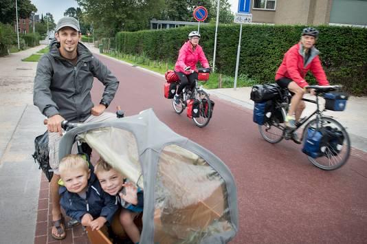 Bart van Gastel (33) maakt sinds kort gebruik van de Oude Molenweg. ,,Het is lekker rustig met auto's.''