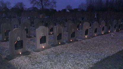 Vrijwilligers plaatsen honderden kaarsjes op oorlogsgraven