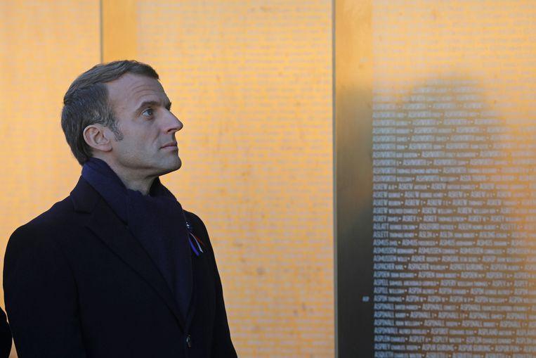 De Franse president Emmanuel Macron bij de herdenkingswanden op het Notre Dame de Lorette-oorlogskerkhof in Ablain-Saint-Nazare. Beeld AFP