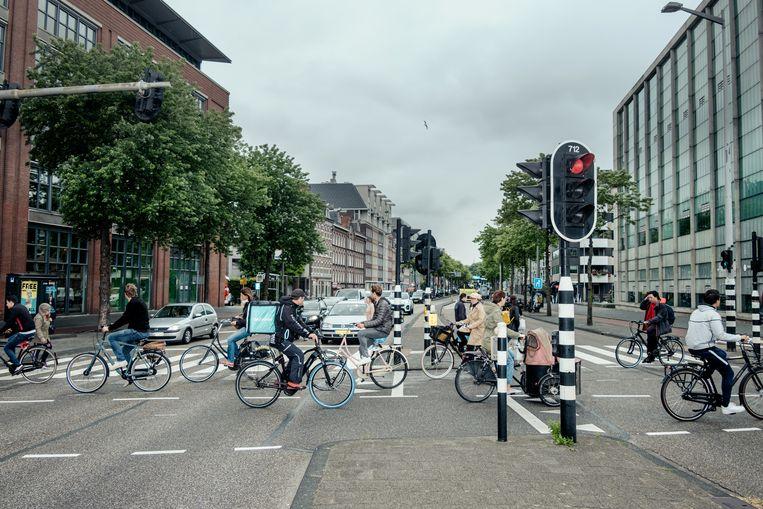 Oversteekplaats voor fietsers bij het Mr. Visserplein. Beeld Jakob Van Vliet