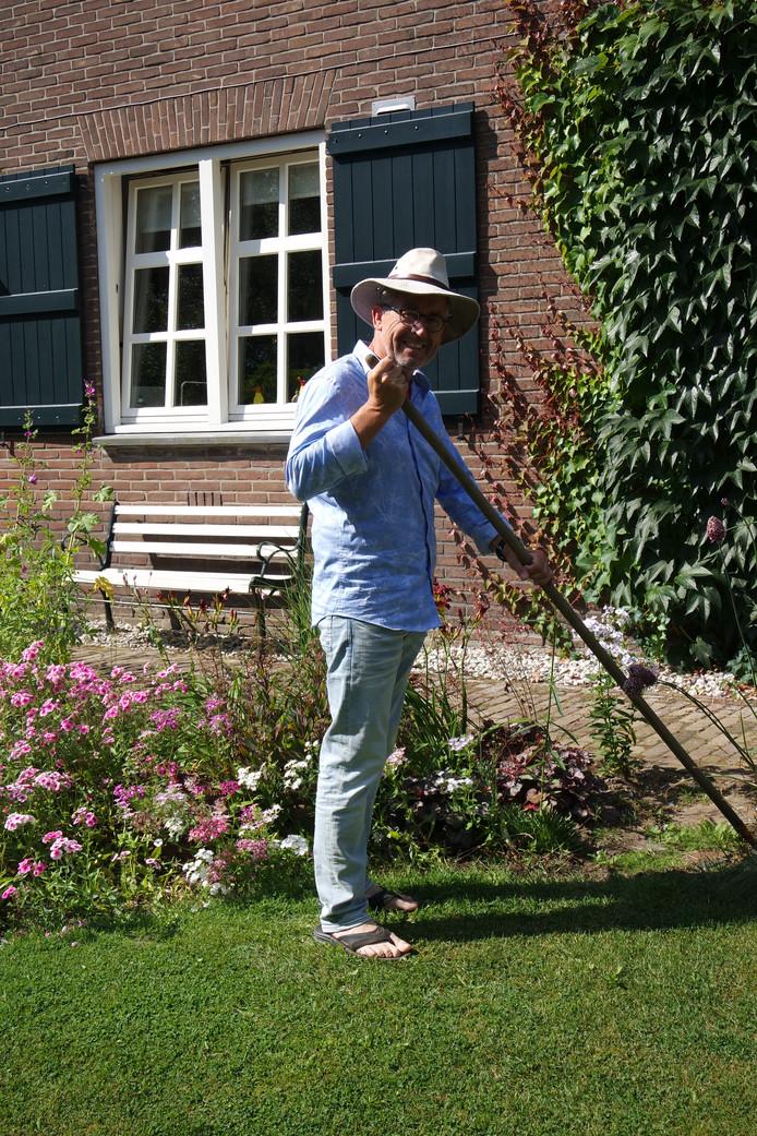 Tom van Leeuwen schoffelt de tuin nog een beetje bij.