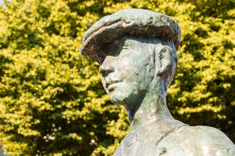 In Harlingen staat geen standbeeld van Simon Vestdijk, maar wel van zijn alter ego Anton Wachter. Beeld Sander Groen