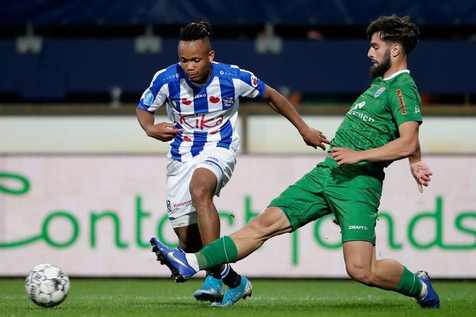 Destan Bajselmani (rechts) debuteerde zaterdag in de hoofdmacht van PEC Zwolle.