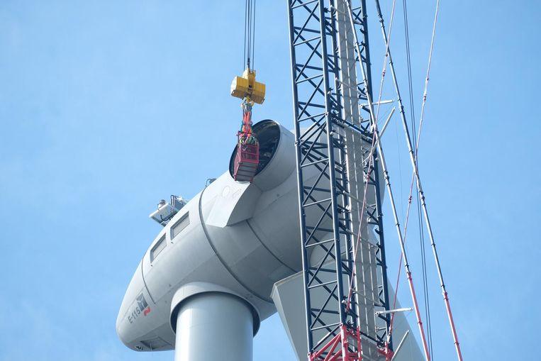 In het gat van 3 meter diameter moet de 25 ton zware wiek worden vastgeschroefd.