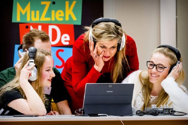 De koningin bij een workshop digitaal componeren op de pabo in Leiden. De koningin zet zich in voor meer muziek in de klas Beeld ANP