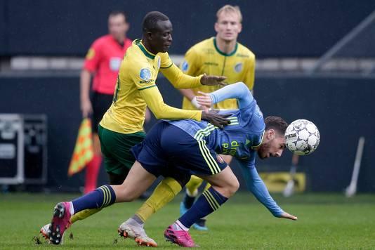 Invaller Kökcü (r) van Feyenoord in duel met Ciss.